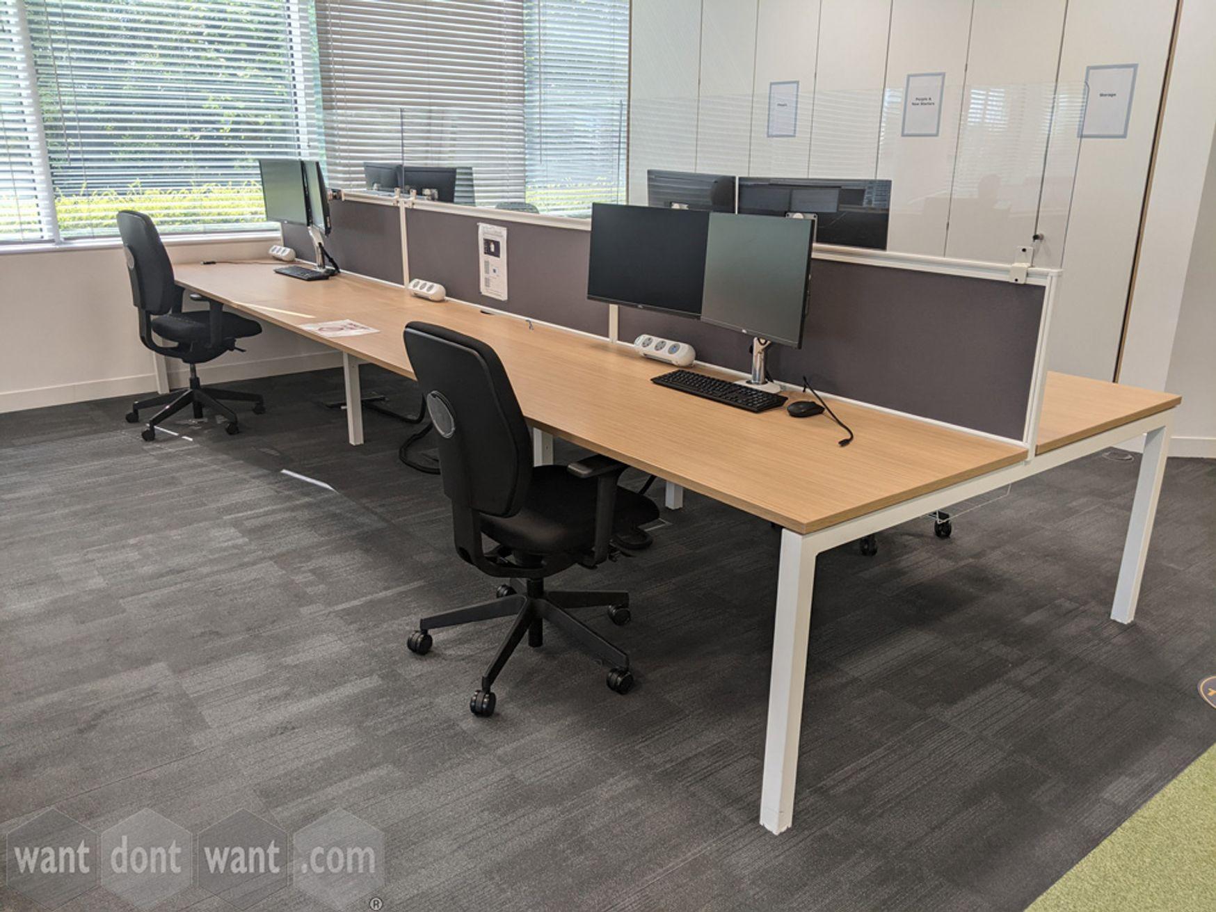 1 x Used Senator 'Chemistry' 6 -person bench desk. Each desk position 1600mm x 800mm)