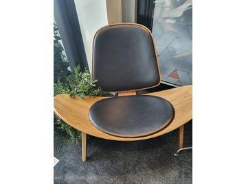 Replica 'Shell' chairs with walnut frame and black leather seat and back