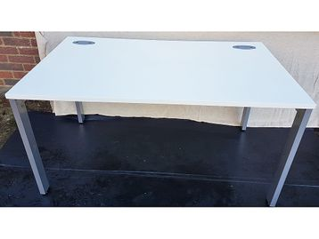 Used 1400mm White Single Deskwith Modesty Panel